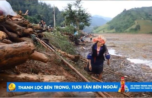 Người dân liều mình đi vớt củi sau trận lũ quét