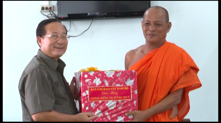 Thăm, tặng quà đồng bào Khmer dịp lễ Sen Đôn Ta