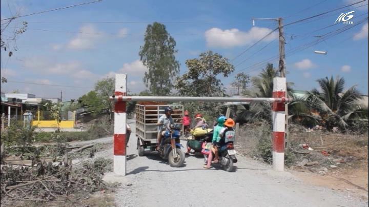 Dân bức xúc vì xây cổng rào chắn quá thấp