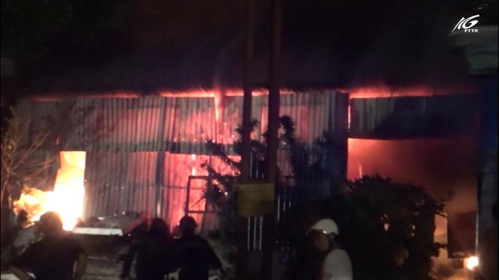 Cháy lớn kho hàng điện tử lan sang ba nhà lân cận