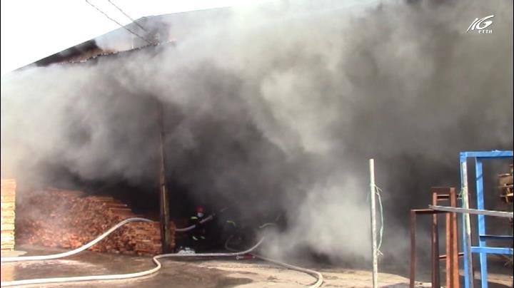 Cháy lớn tại cơ sở làm thạch cao, trái cây nhựa