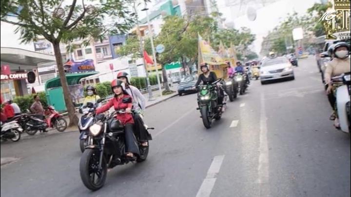 Tranh cãi mặc áo bà ba lái mô tô cổ vũ lễ hội