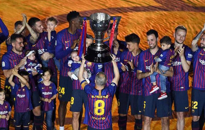 Iniesta được tung hô trong trận cuối ở Barca