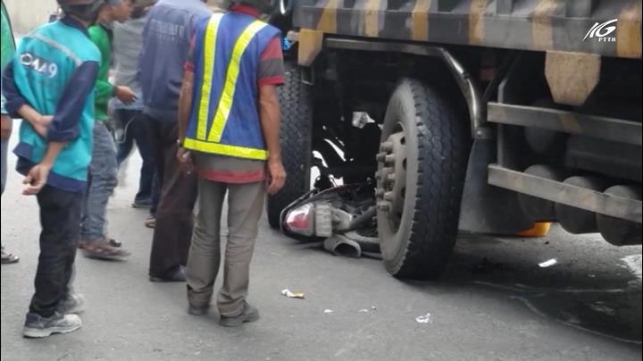 Hai công nhân thoát chết, chui ra từ gầm xe tải