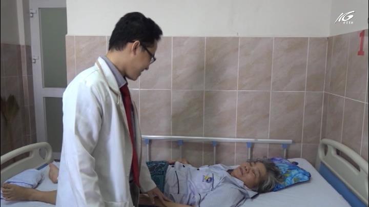 Loại bỏ khối u tủy sống cho nữ bệnh nhân 72 tuổi