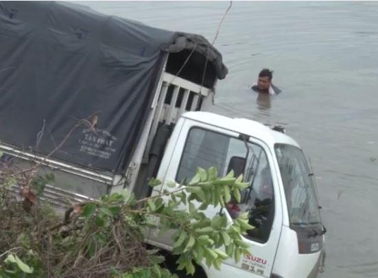 Xe rơi xuống sông