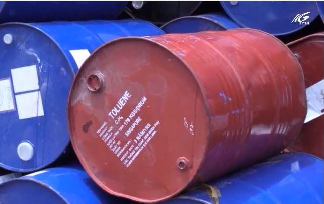Phát hiện hàng trăm thùng dính hoá chất ở khu dân cư