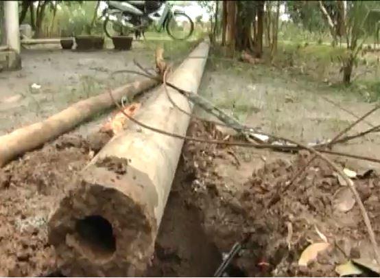Cột điện ngã vào nhà dân do mưa lớn