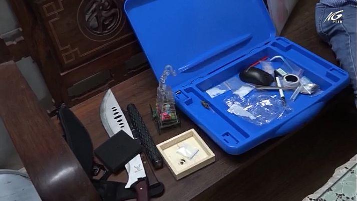 Bắt đối tượng tàng trữ ma túy đá và nhiều hung khí