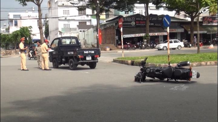 Xe máy phân khối lớn đâm suýt lật xe tải giữa giao lộ