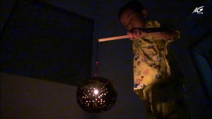 Độc đáo những chiếc lồng đèn trung thu làm từ gáo dừa