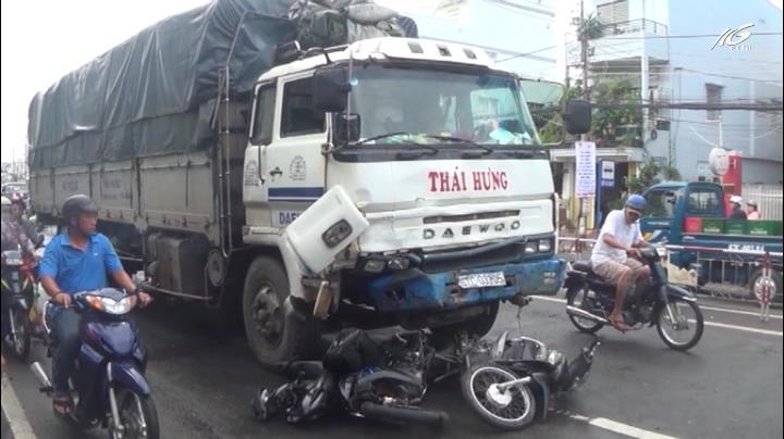 Xe tải ủi 8 xe máy làm 10 người bị thương