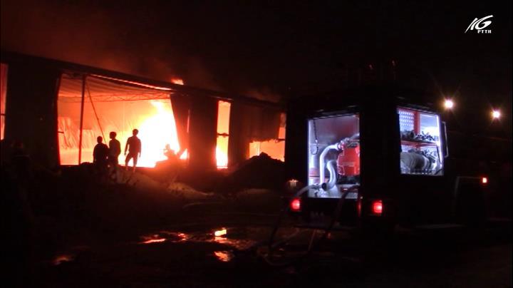 Công ty gỗ bốc cháy dữ dội