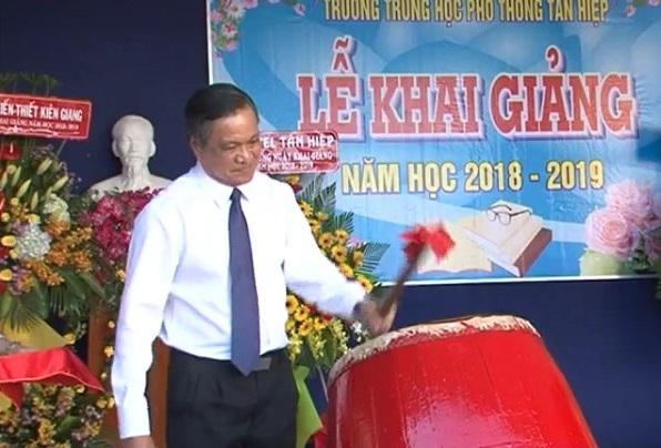 Chủ tịch UBND tỉnh đánh trống khai giảng năm học mới