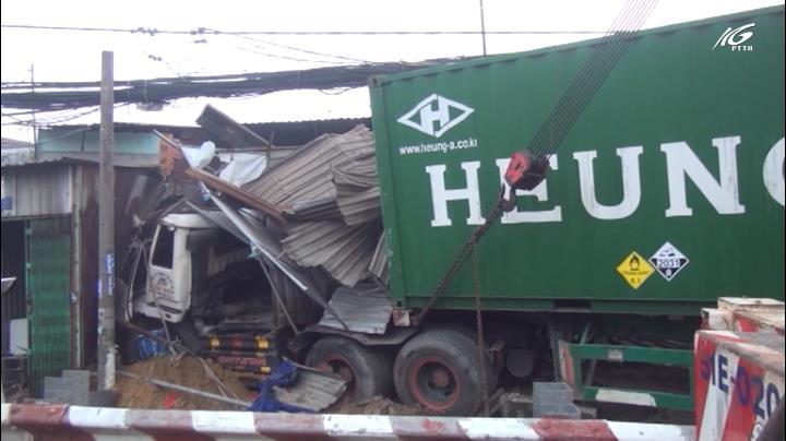 Xe container tông hàng loạt nhà dân