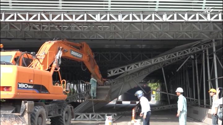Sập mái che công trình tại cửa hầm Thủ Thiêm