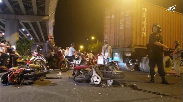 Ô tô tông hàng loạt xe máy, 6 người thương vong