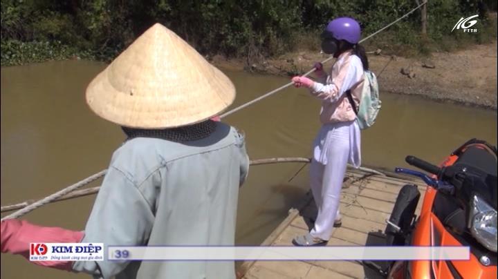 Kéo bè phao vượt sông Cái đến trường