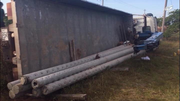 Lật xe tải chở trụ điện, 2 người tử vong