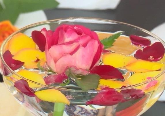 Hoa hồng lên ... bàn ăn