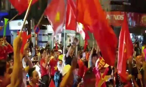 Rợp cờ mừng chiến thắng của tuyển Việt Nam