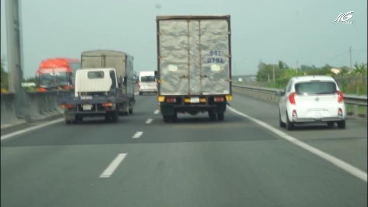 Xe chạy hàng 3 trên đường Cao tốc