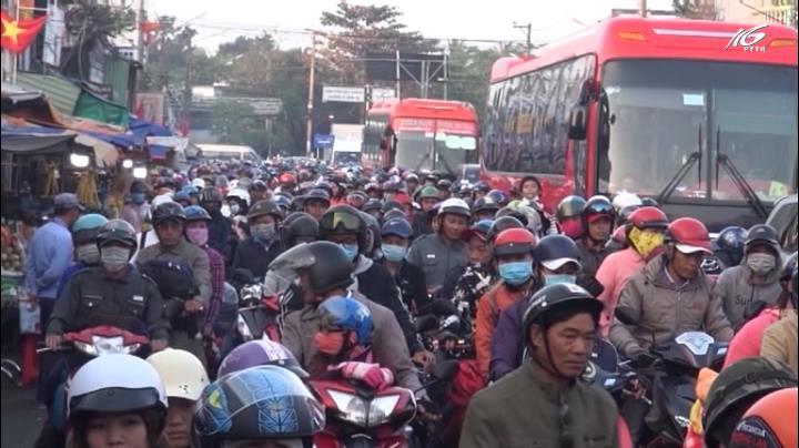 Người dân ồ ạt đổ về TP.HCM sau kỳ nghỉ Tết
