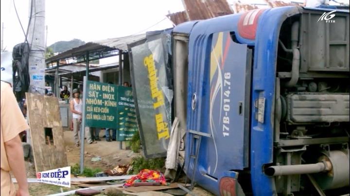 Xe khách nổ lốp, tông sập nhà dân
