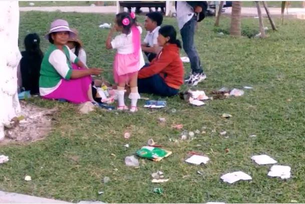 Người du xuân thiếu ý thức, rác ngập công viên