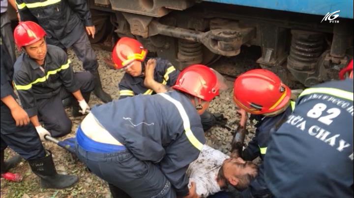 Giải cứu người nằm dưới gầm tàu hoả