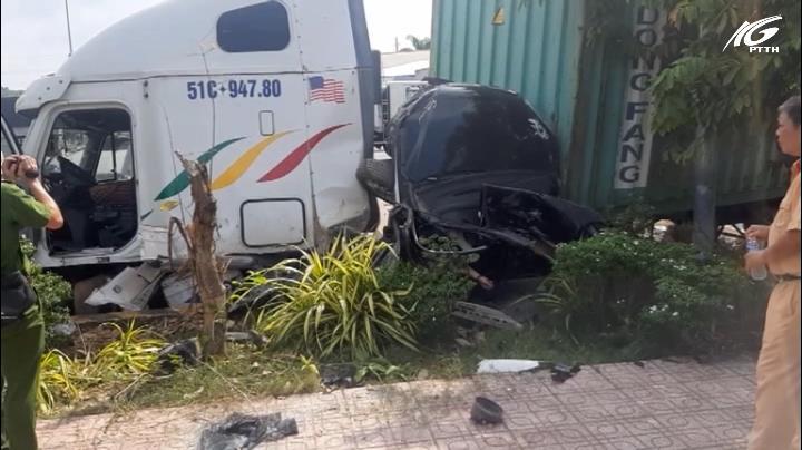 Xe container va chạm ô tô, 3 người tử nạn trên quốc lộ 22