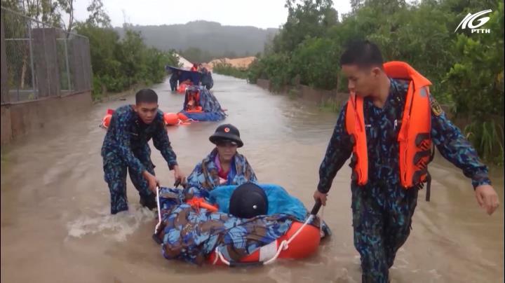 Phú Quốc: Chính quyền giúp đỡ người dân đối phó với ngập lụt