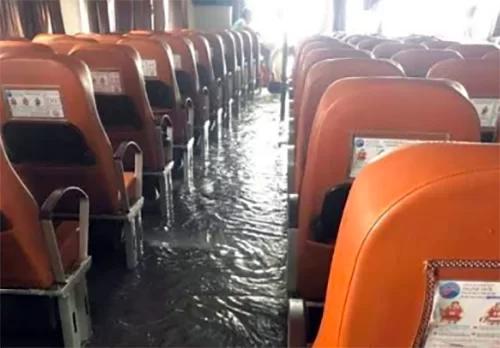 Phà ra đảo Phú quốc bị sóng đánh vỡ kính, phải quay đầu
