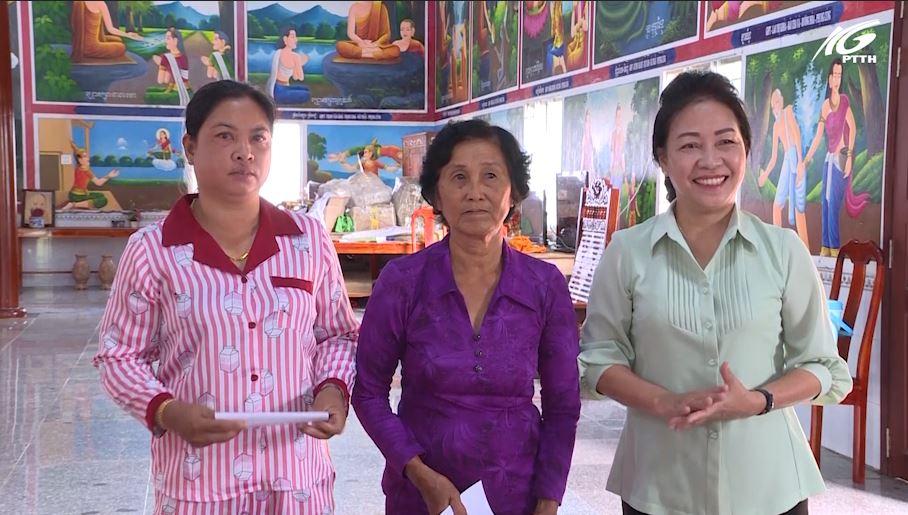 Kiên Lương: Bà Đặng Tuyết Em thăm, chúc mừng lễ Sene Đôn Ta