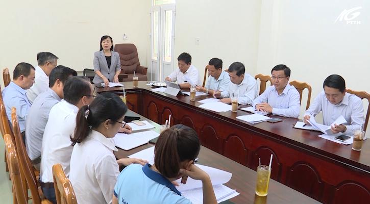 Bà Lê Thị Minh Phụng làm việc với trung tâm phục vụ hành chính công