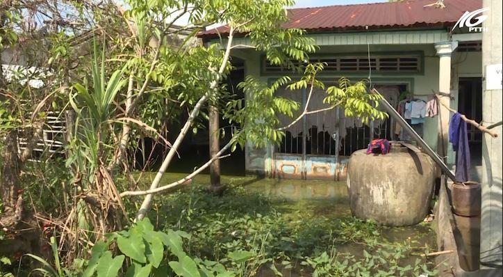 Dân khổ vì bị ngập lụt ngay trên cụm dân cư vượt lũ