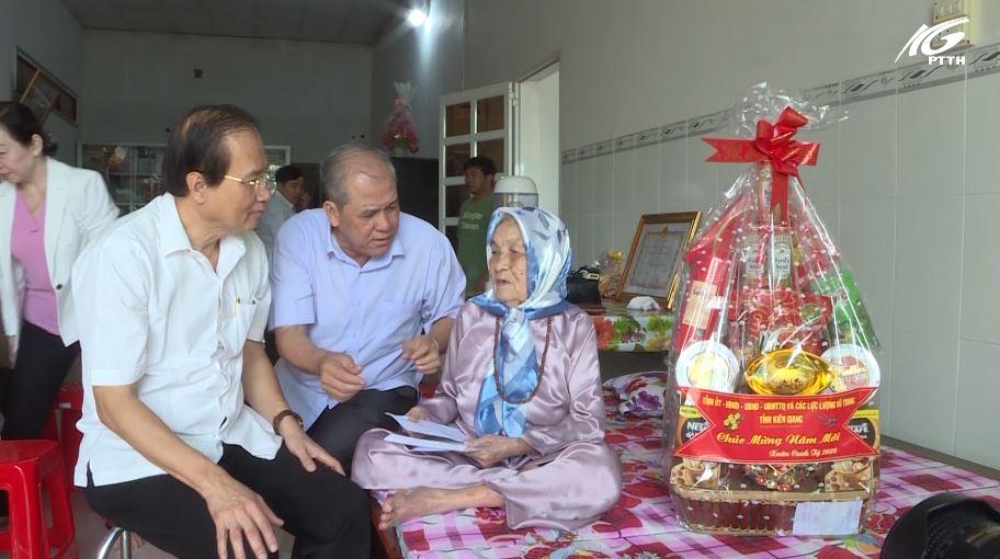 Đồng chí Lâm Hoàng Sa chúc tết các gia đình chính sách tại huyện Tân Hiệp