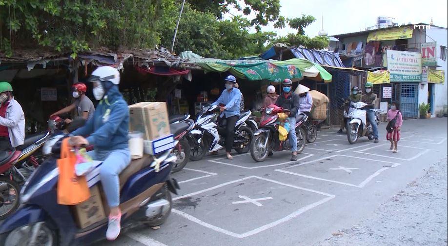 Bến phà kẻ ô cho người dân giữ khoảng cách an toàn