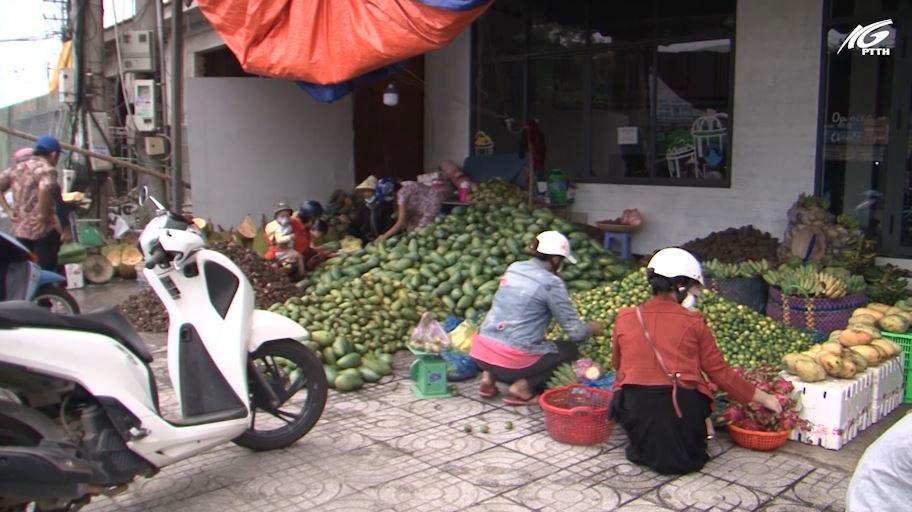 Phú Quốc: Người dân ủng hộ trái cây miền Tây